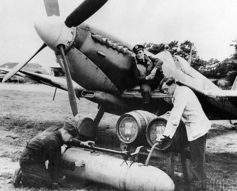 Цэргүүд онгоцны түлшний савыг шар айргаар дүүргэж буй нь, 1944 он