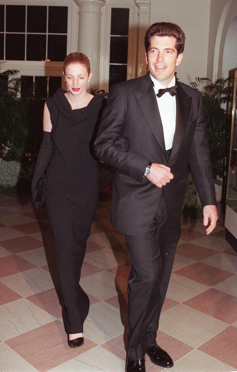Жон Ф.Кеннеди ба Каролин Бессетт-Кеннеди нар Их Британийн Ерөнхий сайд Тони Блэйртэй хамт оройн зоог барихаар ирж байгаа нь, 1998 он.