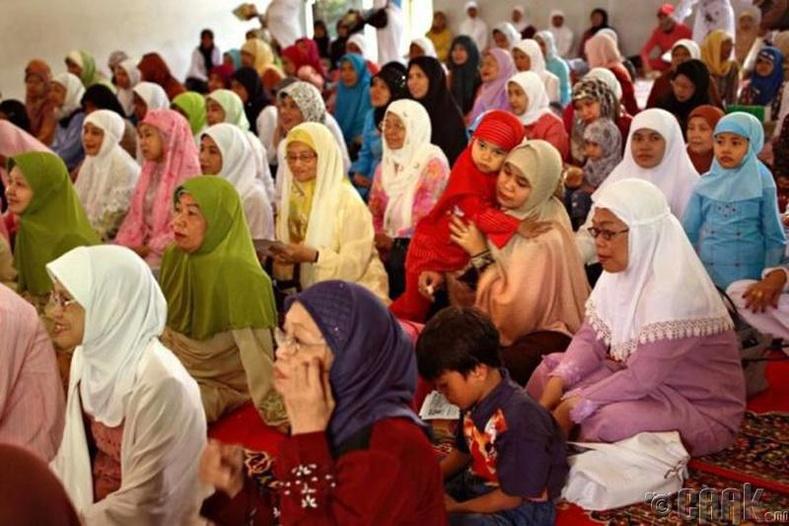 Охид болон тэдний гэр бүл уламжлал ёсоор залбирал үйлдэж байна
