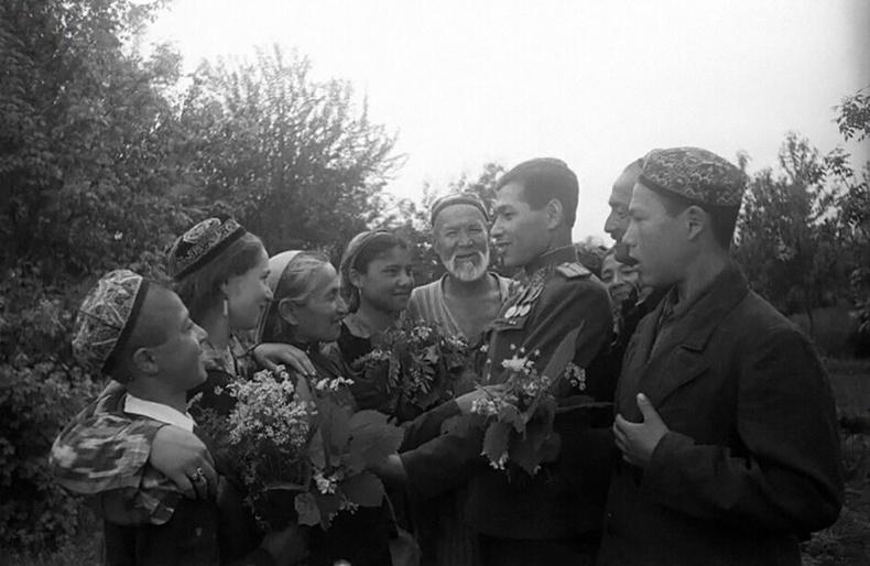 Дайнаас эргэж ирсэн хүүтэйгээ уулзаж буй Узбек гэр бүл - Ташкент, 1946