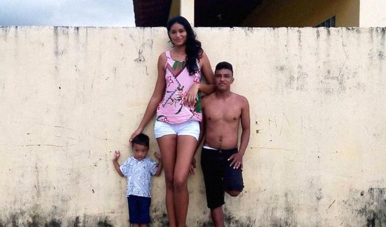 """""""Хэмжээ чухал биш"""" - 203 см өндөр Бразил модель 162 см залуутай гэрлэж, хүүхэдтэй болжээ"""