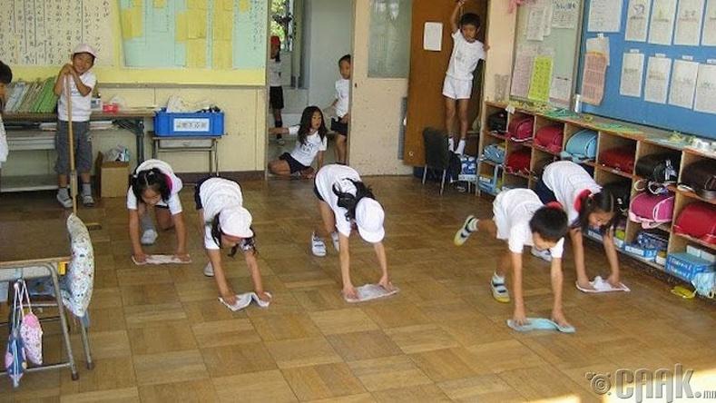 Сурагчид өөрсдөө анги танхимаа цэвэрлэдэг