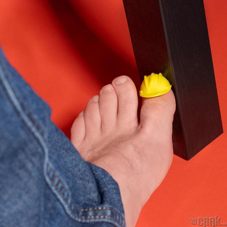 Энэхүү хуруун чинээ бяцхан малгайг хөлөндөө зүүгээд гэрийн тавилганууддаа хэн нь босс вэ гэдгийг үзүүлээд өг