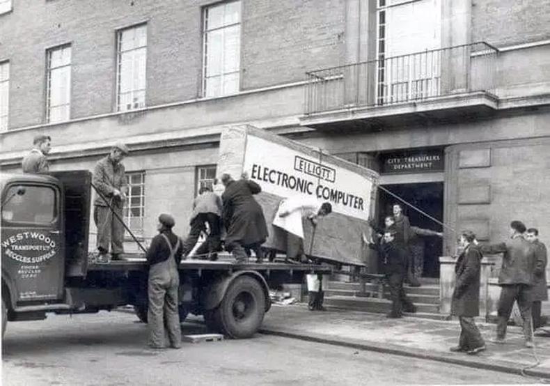 Компьютер хүргэж байгаа нь, 1957