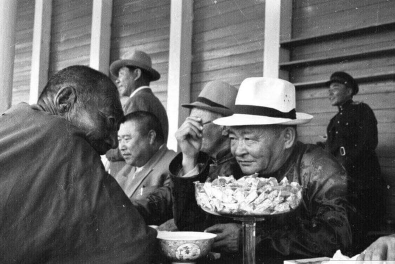 """""""Их Монгол"""" хэмээх Шаравжамц аварга маршал Чойбалсантай ярилцаж буй нь - 1946 оны наадам"""