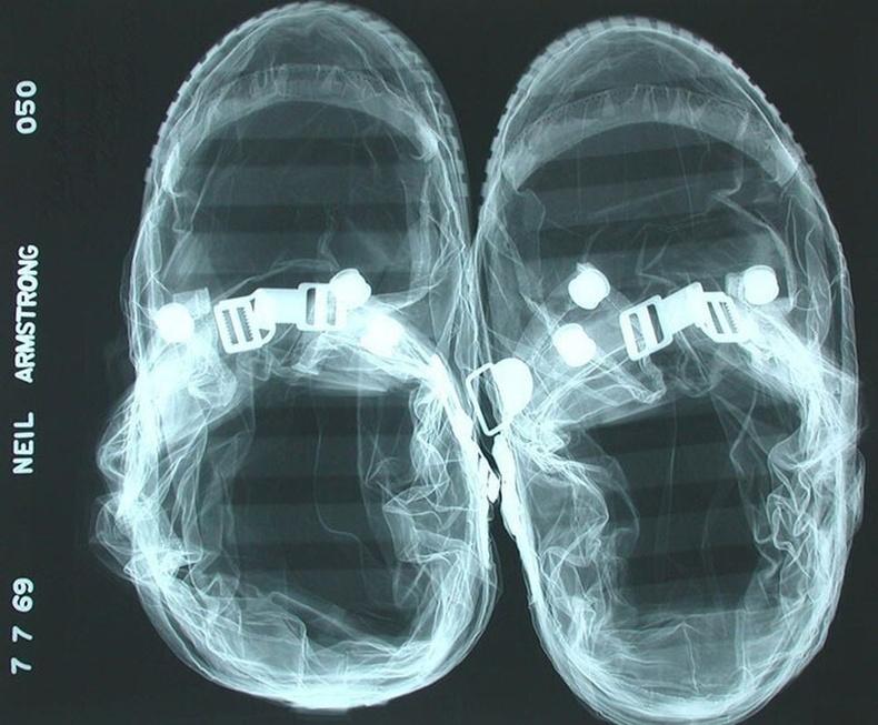 Нил Армстронгийн саран дээр буухдаа өмсөж байсан гутлын рентген зураг
