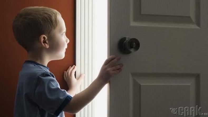 Хүүхдийн өрөөнд орохдоо хаалгыг нь үргэлж тогшиж бай