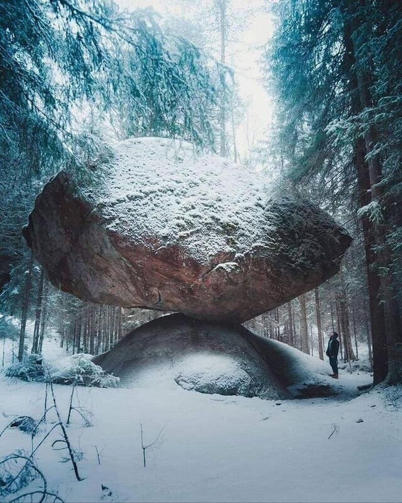 Финландын Куммакиви хэмээх газарт байдаг хачирхалтай тогтоц бүхий чулуу