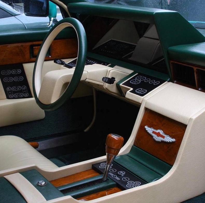 1982 оны Aston Martin Lagonda машины дотор салон