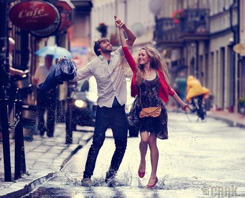 Үл таних нэгэнтэй гудамжинд бүжиглэ