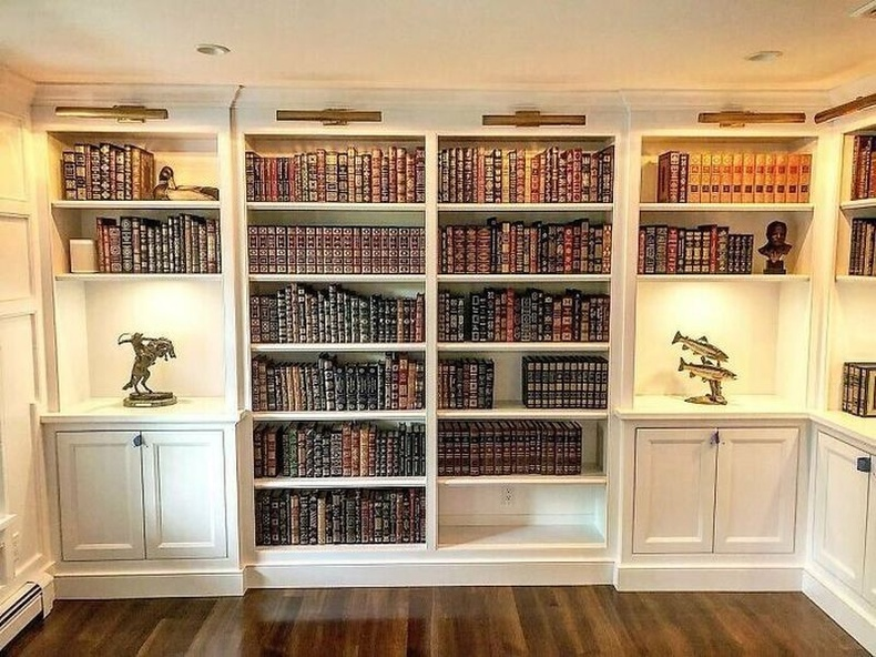 """""""Миний хийсэн номын сан. Энд маш олон арьсан хавтастай номнууд байдаг бөгөөд шүүгээнүүд нь зандан модны үнэртэй."""""""