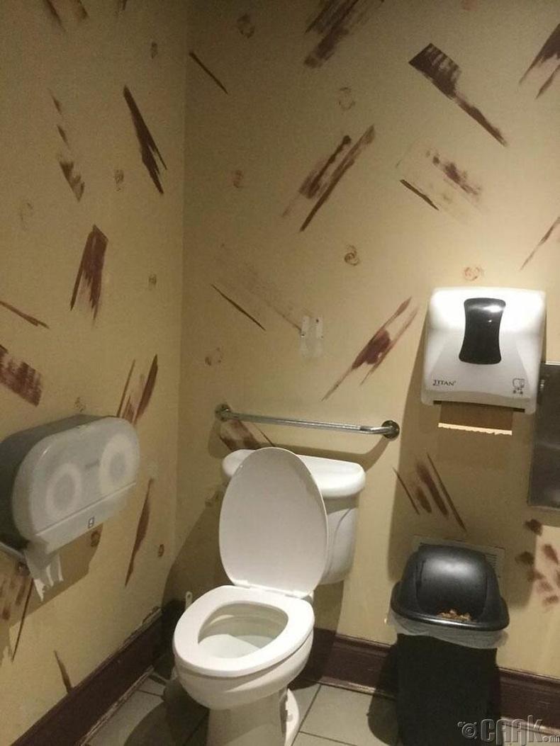 Угаалгын өрөөнд яг таарсан ханын цаас байна