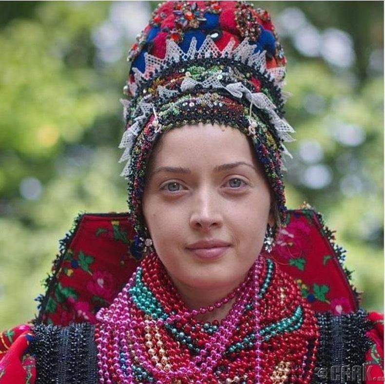 Румын бэрүүд өндөр цилиндр хэлбэртэй малгайгаар гоёно