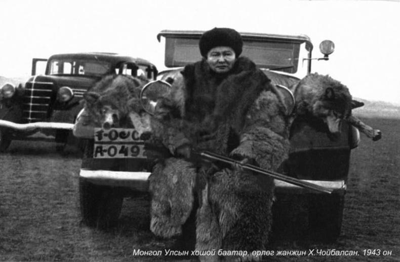 Маршал Х.Чойбалсан чонын ав хийж буй нь, 1943
