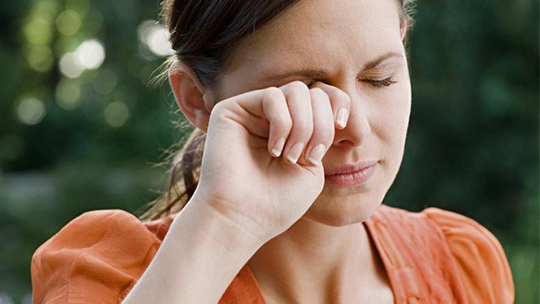 Нүдээ яагаад гараараа нухаж болохгүй вэ?