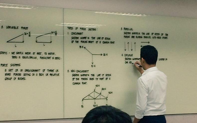 Филиппиний их сургуулийн физикийн багш хичээл зааж байгаа нь