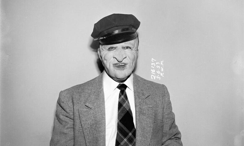 Дээрэмчдийн бүлэглэлийнхний үлдээсэн багийг зүүсэн мөрдөгч, 1953