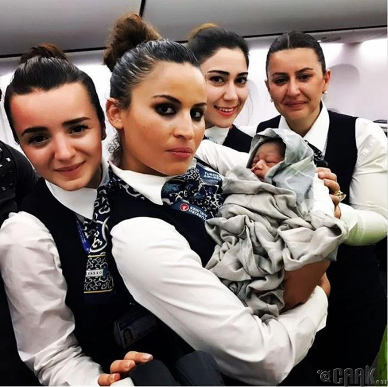 Гайхамшиг үргэлжилсээр! Эдгээр гайхалтай онгоцны үйлчлэгч нар нислэгийн үеэр шинэ хүн өлгийдөн авчээ