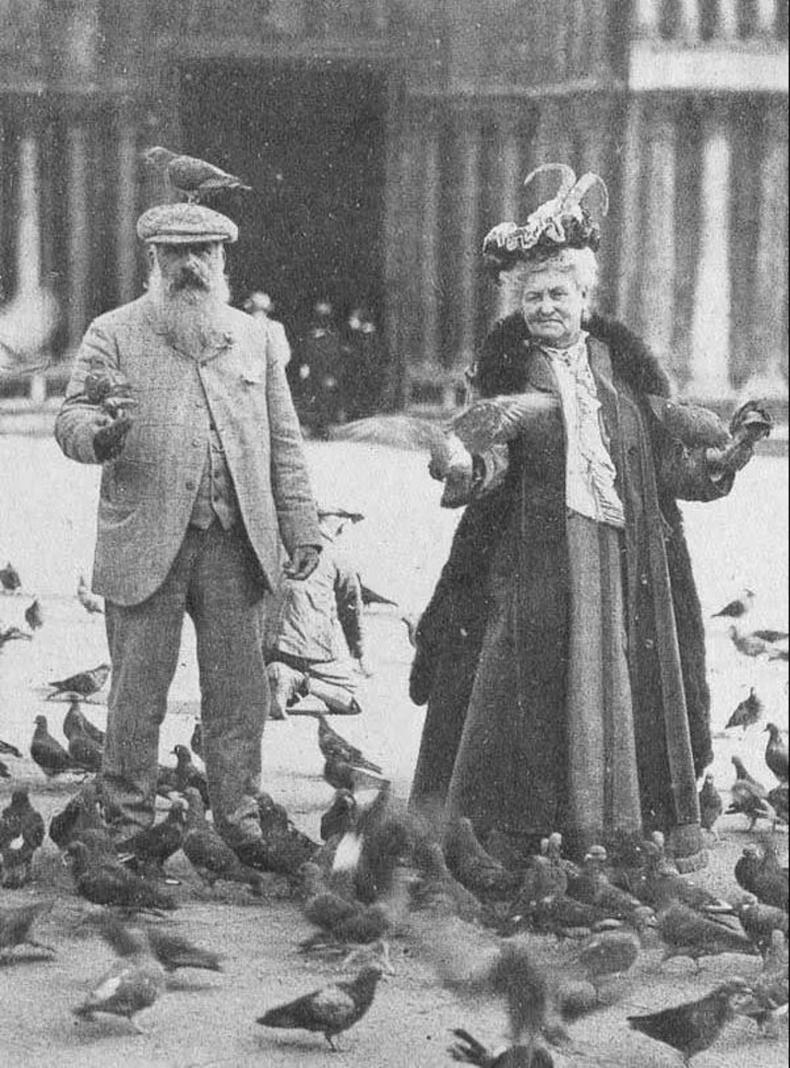 Клод Моне эхнэртэйгээ тагтаа хооллож буй нь. Венец, 1908 он
