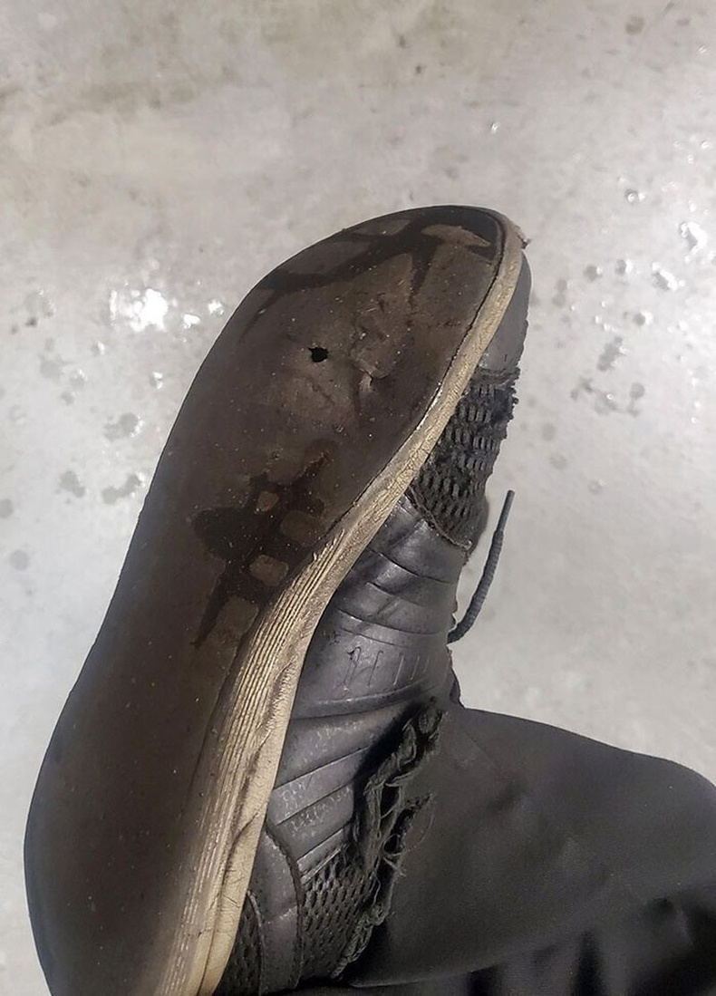 Нийтийн ариун цэврийн өрөөний буянаар гутлаа цоолсон гэдгээ мэдсэн нь