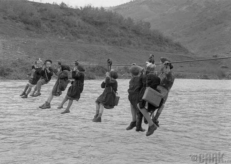 Италийн Модена гол дээгүүр сургуульдаа явж буй хүүхдүүд, 1959 он