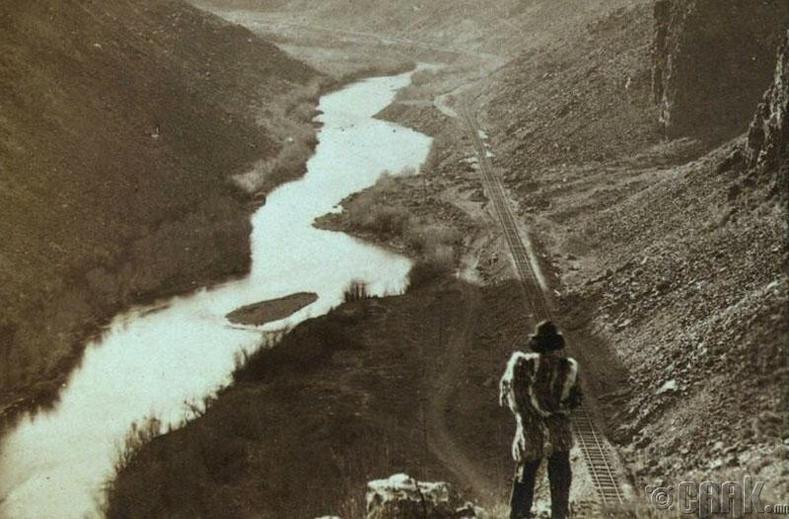 Америк тивд тавигдсан анхны төмөр замыг ажиглан зогсоо Индиан эр