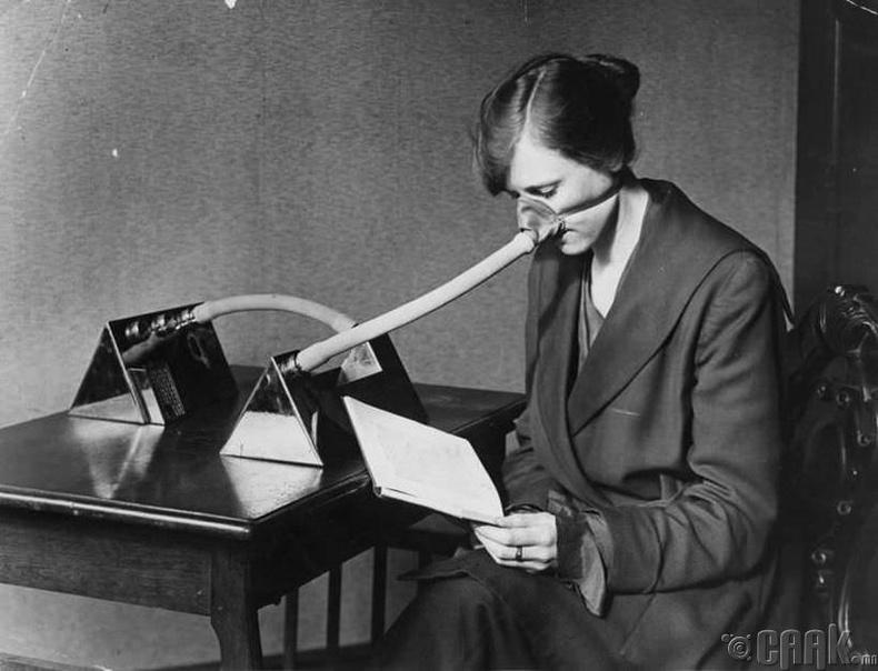 """""""Испани томуу""""-наас хамгаалах маскийг зүүсэн эмэгтэй - Англи, 1919 он"""