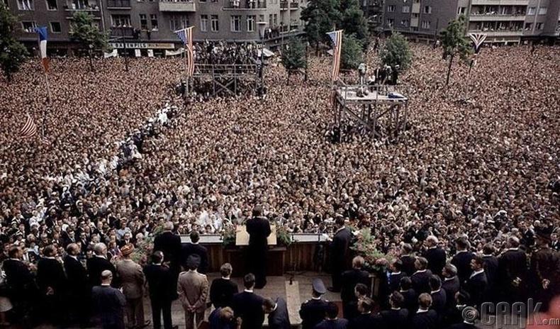 """Жон Кеннедигийн  илтгэл (JFK)-1963 онд АНУ-ын Ерөнхийлөгч Жон Кеннеди Шеннеберг Таун танхимын өмнөх талбайд """"Би бол Берлин хүн"""" хэмээх алдарт илтгэлээ тавьж буй нь"""