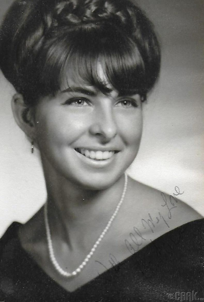 Гайхалтай инээмсэглэл, 1965