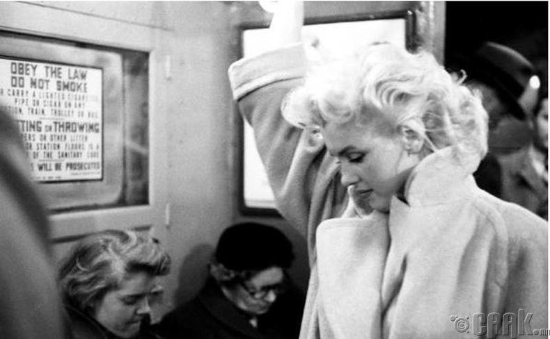 Жүжигчин Мерилин Монро Нью-Йорк хотын метрогоор зорчиж байна - 1955 он