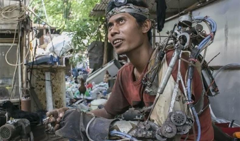 """Хаягдал төмрөөр өөртөө """"робот"""" гар хийсэн Индонези эр"""