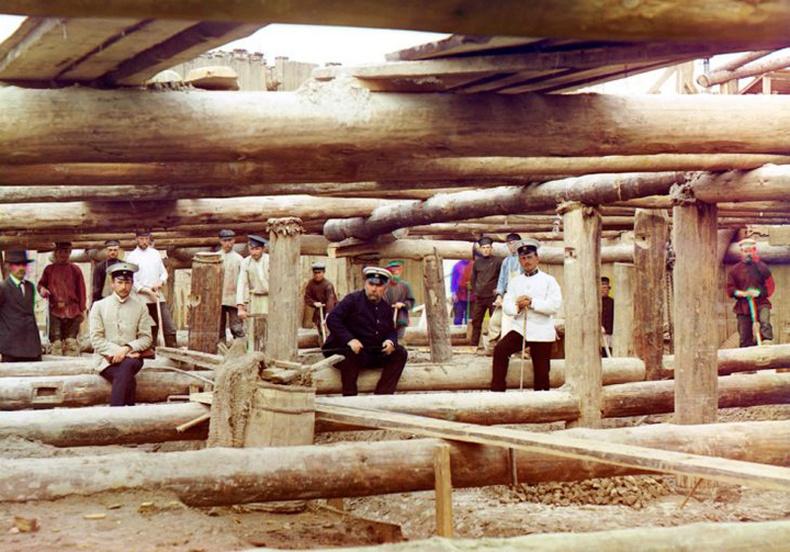 Ока голын далан дээр ажиллаж буй эрчүүд