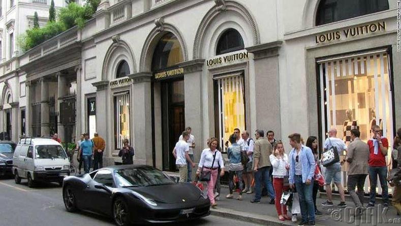 Виа Монтенаполеоне, Милан - $13.700