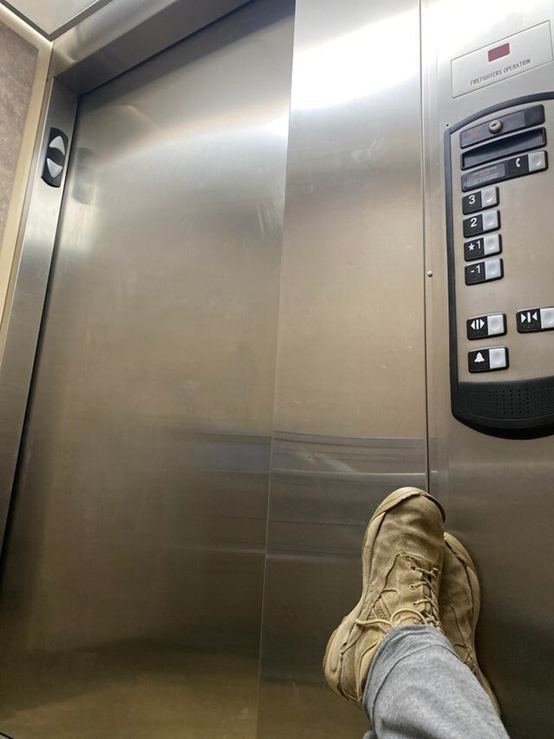 """""""Лифтэнд гацаад 3 цаг болж байна"""""""