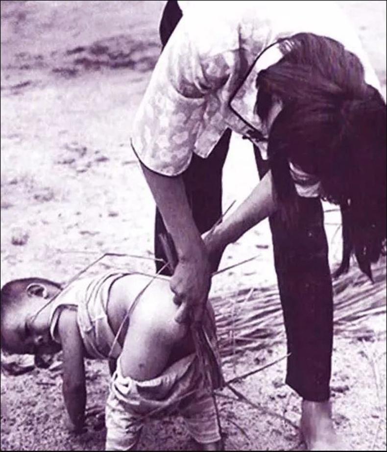 Хүүгийнхээ хонгыг сүрлээр арчиж буй ээж, Хятад (1981)