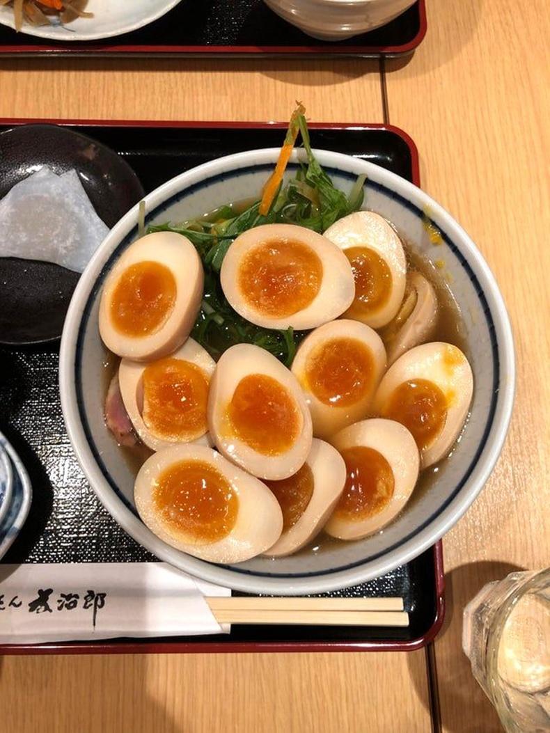 Токио дахь нэгэн рамений газарт нэмэлт өндөгтэй шөл захиалсан юм