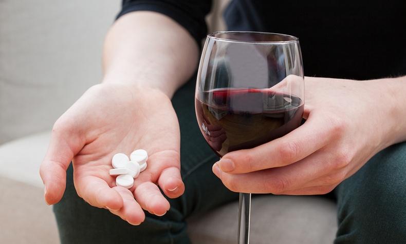 Согтууруулах ундаа хэрэглэсний дараа эдгээр эмийг ууж болохгүй! Яагаад гэвэл...