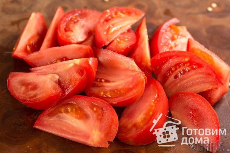 Улаан лоолио угаагаад уртаар нь том хэрчинэ. Улаан лооль нэмэхгүй байсан ч болно.