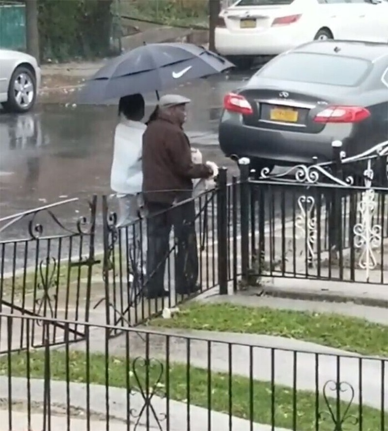 Усан борооноор шүхэргүй яваа настныг цонхоор харсан 10 настай хүү шүхрээ аваад гарчээ.