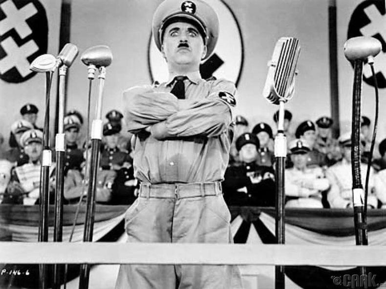 Чарли Чаплин, Адольф Гитлер хоёулаа 1889 онд төрсөн.