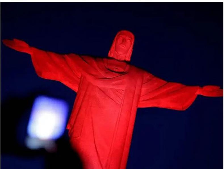 Бразил: 2017 оны 1-р сарын 27-нд Рио-де-Жанейро хот дахь Есүсийн хөшөөг сар шинийн баярт зориулан улаанаар гэрэлтүүлж байгаа нь