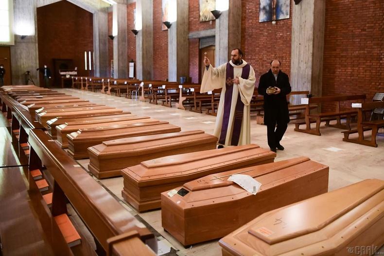 """Санваартан Дон Марчелло """"Сан Жузеппе"""" сүмд нас барагсдын авсыг адисалж буй нь,  Итали, 3 сарын 28"""