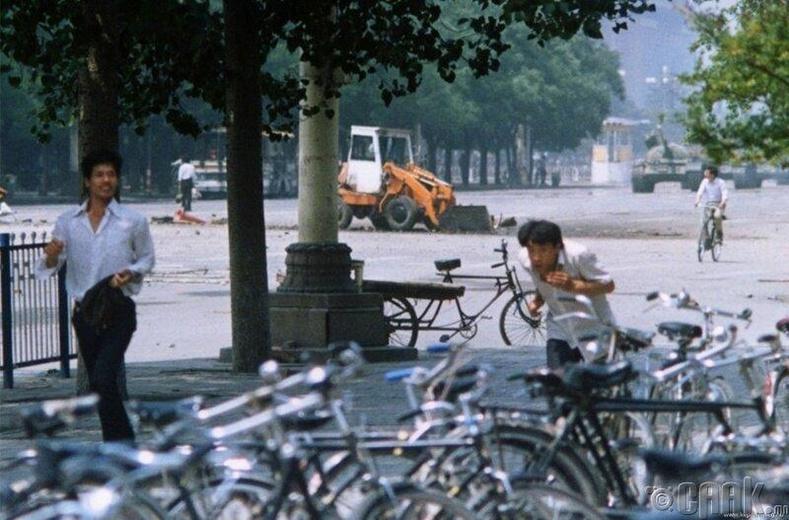 1989 оны 6-р сарын 4-ний Тяньаньмэний талбай дахь жагсаал-Хүмүүс зугтаж байхад цаад талд байгаа нэг хүн танкийг зогсоохыг оролдож байна