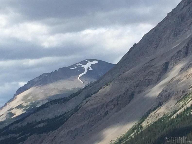 Уулан дээрх цас гүрвэлийн дүрсийг үүсгэжээ