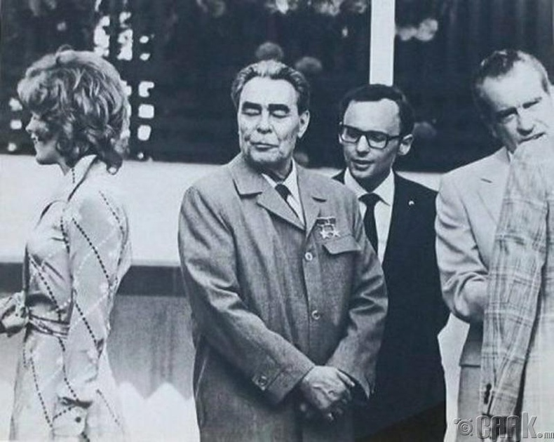 ЗХУ-ын удирдагч Брежнев, АНУ-ын Ерөнхийлөгч Никсон нар жүжигчин Жилл Сент-Жоны хамт