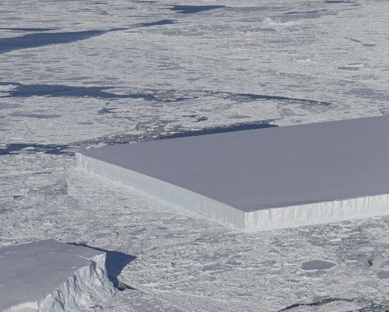 Байгалийн бүтээсэн төгс хэлбэртэй мөсөн уул