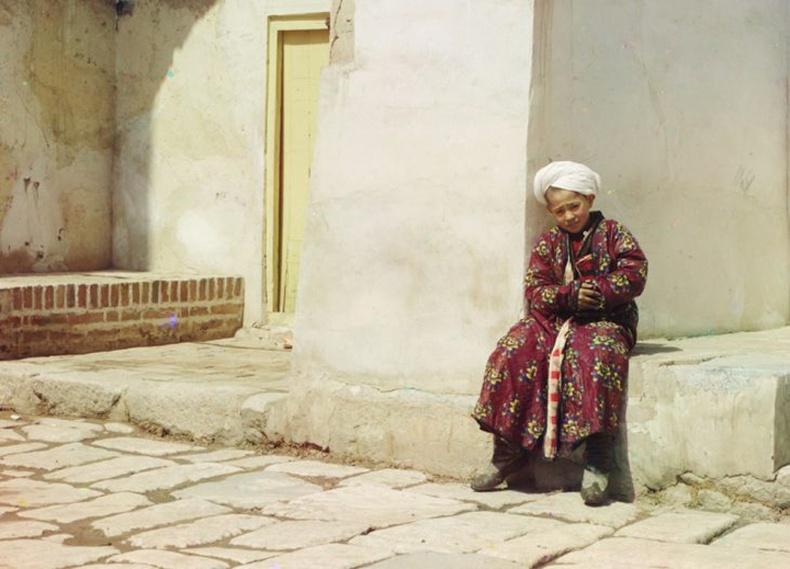 Самарканд дахь Тили ал-Кари сүмийн хажууд сууж буй хүү - 1910 он
