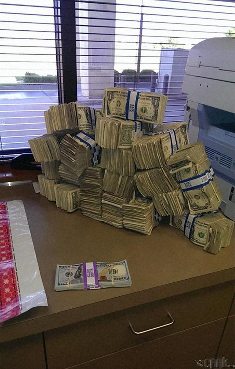 1 долларын дэвсгэртээр боосон 10 мянган долларыг 100 долларын дэвсгэртээр боосон ижил хэмжээний мөнгөтэй зэрэгцүүлж харвал...