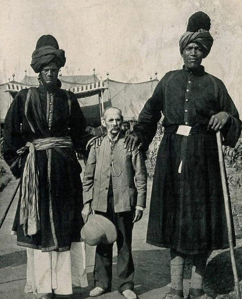 Энэтхэгийн хааны ордны хоёр харуул америкийн гэрэл зурагчны хамт, 1903