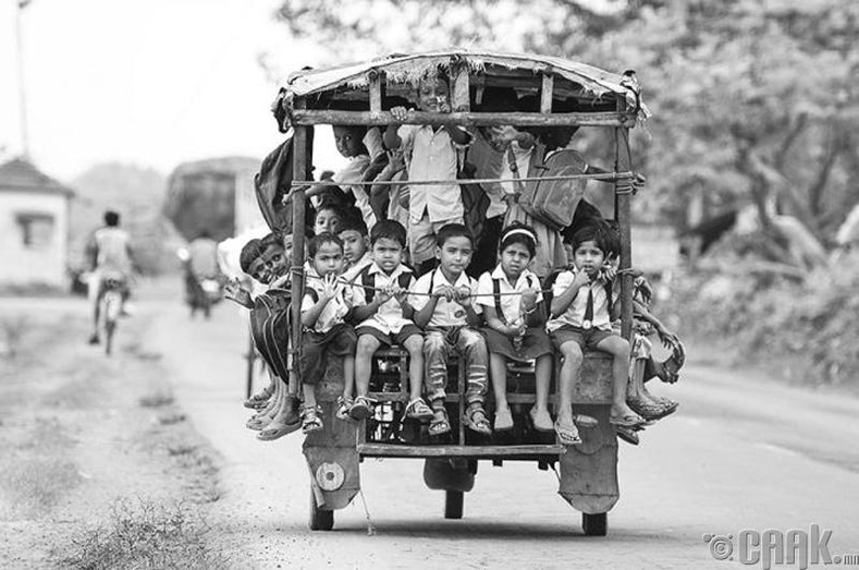 Энэтхэгийн Белдангад хүүхдүүд гурван дугуйтад олноороо суун хичээлдээ явцгаадаг
